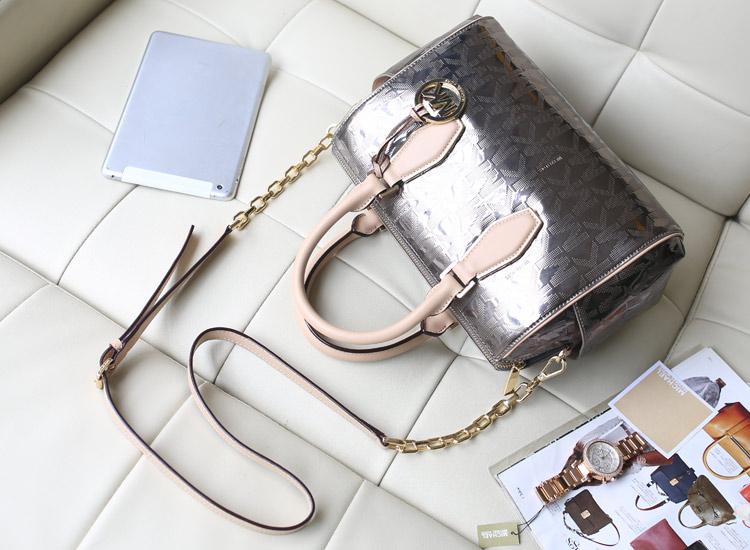 MK女包批发 时尚烫金字母枕头包链条包 女士手提斜挎包 银灰色