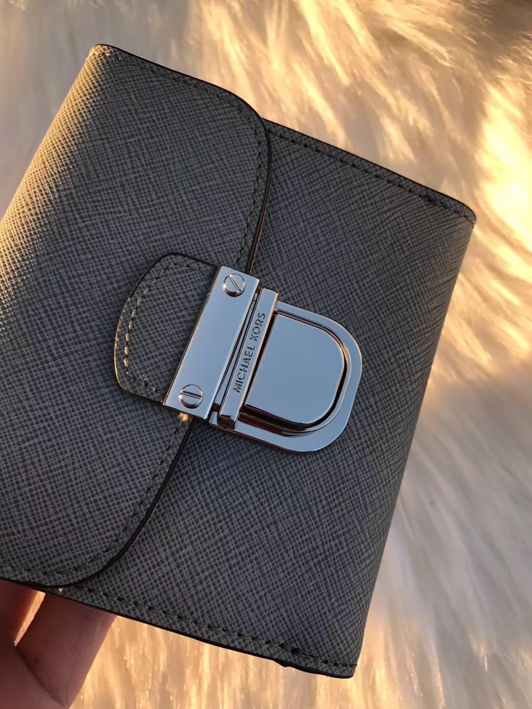 迈克科尔斯钱包批发 MK原单十字纹牛皮新款锁头钱夹卡包10cm 灰色