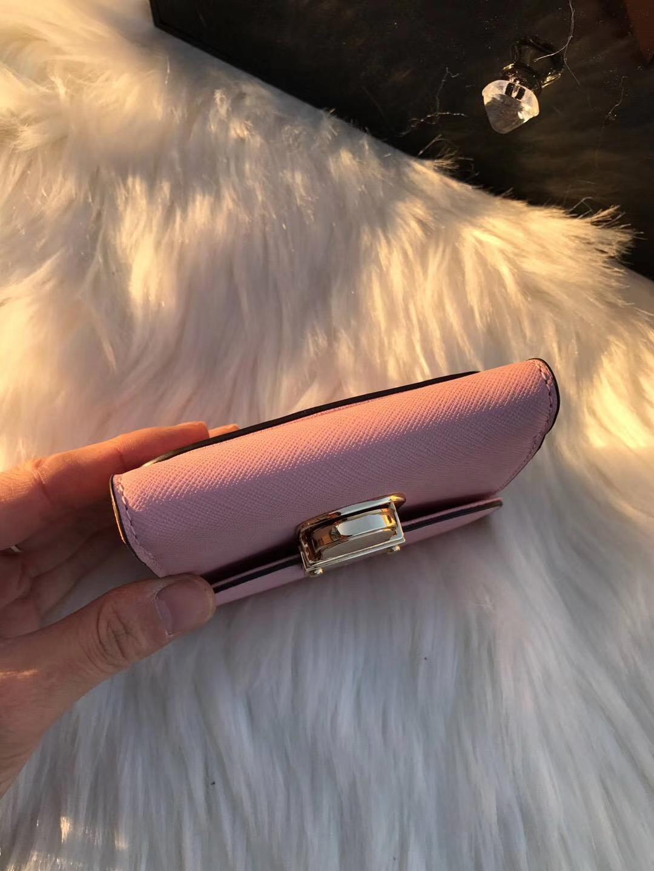 MK钱包价格 迈克科尔斯粉色原单十字纹牛皮锁头钱夹钱包短款10cm