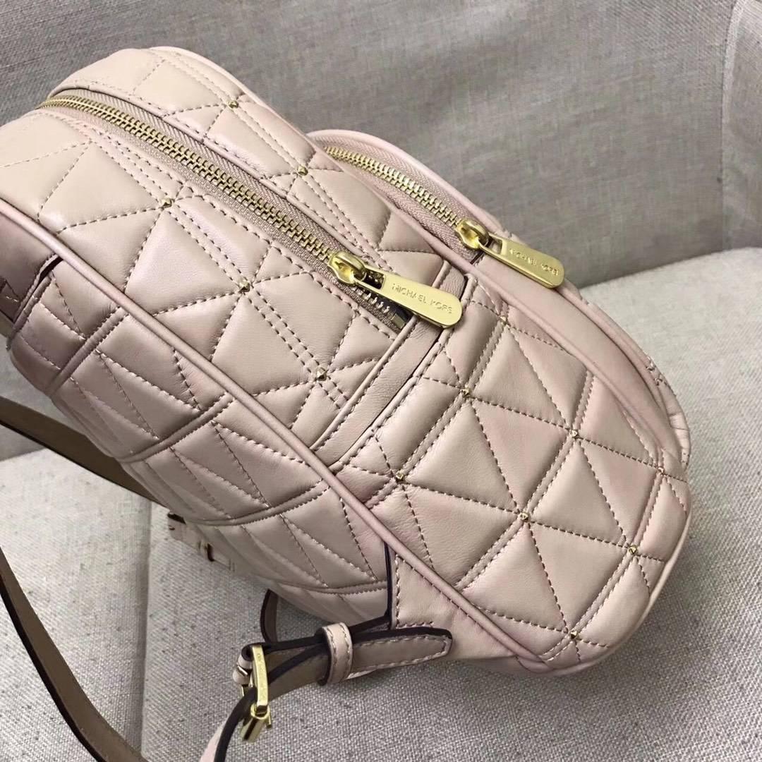 迈克科尔斯包包 MK浅粉色羊皮三角车线铆钉装饰双肩包女士背包26*31cm