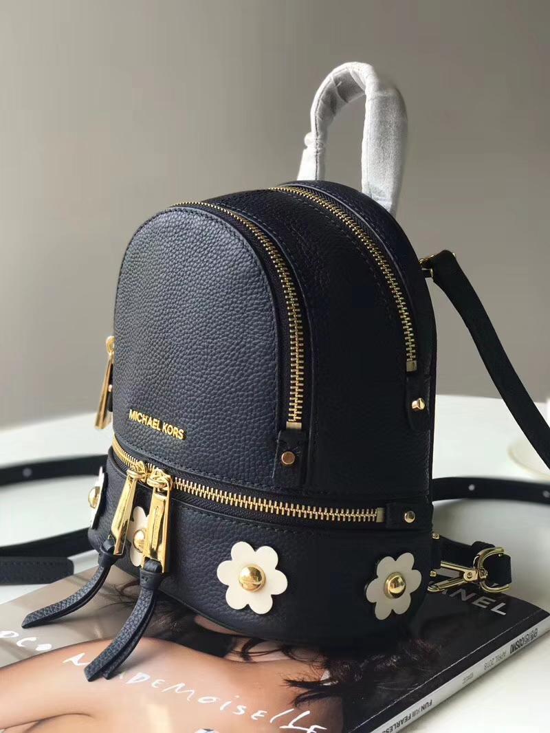 迈克科尔斯官网 MK18年最新款黑色牛皮花朵双肩包斜跨包书包19*22CM