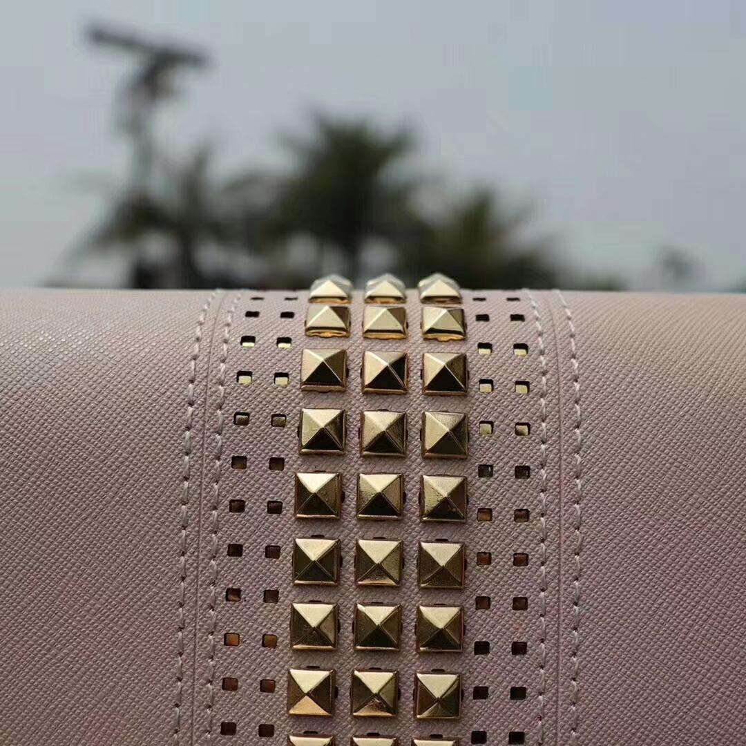 MK包包价格 迈克科尔斯十字纹牛皮铆钉链条单肩斜挎包包23cm 浅粉色